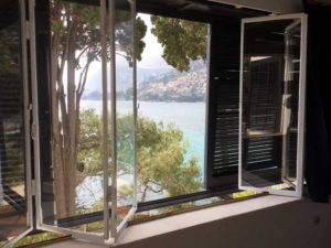 doorkijk raam villa op kust